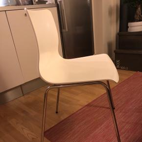 Hvide IKEA skalstole, 6 stk, BYD GERNE (evt 6 stk 450kr) Uden ridser ell skrammer.Sælges grundet flytning. -se mine andre annoncer; har også bord hertil😉