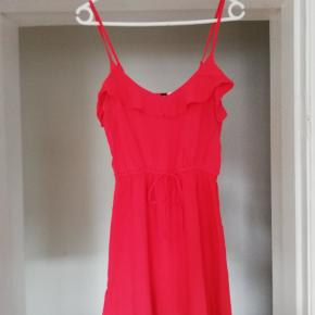 Flot rød kjole i tyndt og let stof med bindebånd. Brugt få gange, fejler intet. Byd gerne 😊 (jeg sender også gerne flere billeder)