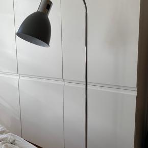 Fin standerlampe fra Ilva. 7 måneder gammel - fejler intet. Sælges på grund af pladsmangel. Kan afhentes i Aarhus C til 300 kr.