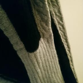 Langt halstørklæde, brugt et par gange. 60% mohair, 40% nylon.