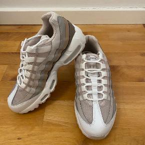 Fede Nike air max 95.   Skoene er brugt én gang og har ingen tegn på slid. De er en str 36,5 og var desværre for små til mig. De er købt for 1,5 år siden.  Skriv evt. for flere billeder eller mere information 😁