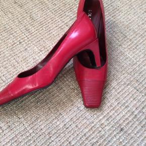 Brugt en enkelt gang som ses på foto. Skoene er af mærket Lola Tokio fra Spanien.