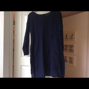 Kjole med rund hals og lange ærmer. Bagpå er den tredelt i syninger, hvilket giver en flot effekt.  Skulder og ned 82. Længere bagpå. Indv arm 47 cm Brystvidde 49*2 cm