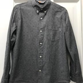 Buttondown skjorte i lækker, kraftig bomuldskvalitet. Kun brugt få gange. Nypris 600 kr. NEDSAT PGA FERIE 🌞😎  Måler 51 cm over brystet og 64 cm i længden.