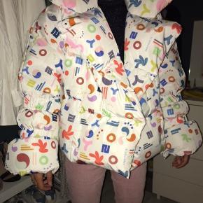 Hej jeg sælger min saks Potts jakke da jeg har fået den i fødselsdags gave og er købt 3 uger efter den kom ud så den er købt for 5.495kr og min mp er 4000kr der er stadivæk pris mærke på og kun prøvet på tager ikke imod bud under 3500kr