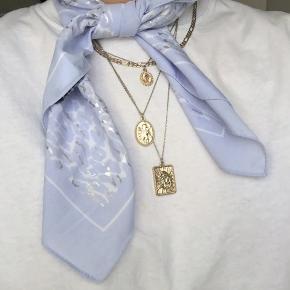 Fint lille tørklæde - lyseblå leopardprint med sølvdetaljer