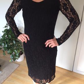 Superblød kjole med blonde ærmer Længde: 1/2 til skinneben