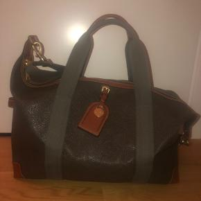 Sælger denne skønne weekend taske for min Mand. Den står som ny!! Kun brugt meget få gange..