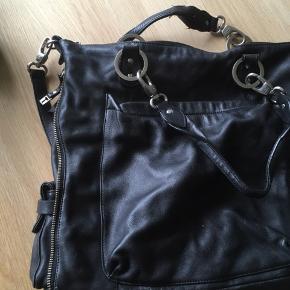 Sælger denne bløde lædertaske fra Tomboy Wiz. Der medfølger både rem til skulderen og det er muligt at bære den i hånden med de korte stropper :-)