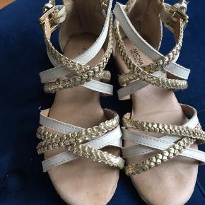 De fineste sandaler i hvid/guld, brugte få gange, men i meget fin stand.