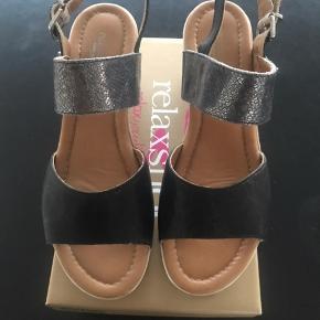 """Lækker sandaler med kilehæl fra """"relaxshoes """"  Kun brugt 1 gang , da de desværre er for store .  Ny pris 700 kr"""