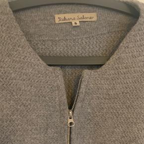 Skønne varme uld cardigan i grå og i sort. Begge super velholdte og varme. Stykpris 500,-.