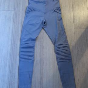 Lækre leggings fra australske L'urv med skønne detaljer. De er desværre købt for små. Farven hedder lilac men er helt lys og mod det grå.