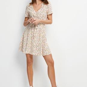 Sælger denne fine kjole, da den ikke lige er mig alligevel.   Online og i butikkerne til 450 kr.   Sælges for 250 + forsendelse.   Passer en S/M