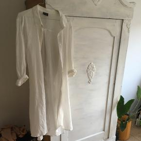 Lang, flot, hvid skjorte. Brugt få gange 💥
