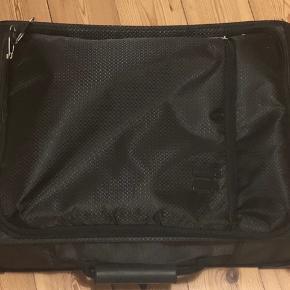 IT luggage. World's lightest collection.  Kabine kuffert. Håndbagage. Brugt 1 sæson.   Skal afhentes. Sender ikke.