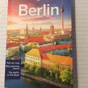 """Brand: Lonely Planet Berlin Varetype: bog Størrelse: - Farve: - Oprindelig købspris: 189 kr. Prisen angivet er inklusiv forsendelse.  """"Lonely Planet Berlin"""".     Rejseguide til Berlin på engelsk. Kun medbragt på 1 rejse og ikke brugt meget. Der er kort i til at tage ud og bruge, det sidder stadig i.    Pris incl. Postnord brev forsendelse."""