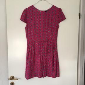 Sød mønsteret vintage kjole i str s, som ny. Lynlås i ryggen. 100% viskose.