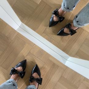 Cool flats med bows i læder. Desværre et fejlkøb. De er brugt få gange og har et brugsslid på venstre sko (se billede 3).