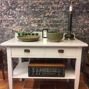 Gammel svensk buffet, nymalet i elegant lys grå og tapet i skuffer fra tapet cafe pris 950.kr  Lampe grøn / messing incl. pære 925. Kr