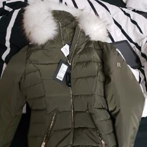 Sælger sådan en flot amy grøn rock'n blue jakke.. fik den i gave af min mor. Har maks gået med den 6 gange.. Det er den korte model som i kan se med hvid pels super flot jakke med ægte pels ny var 2900. Byd realistisk 🙏 min mor har givet 2900 kr for denne jakke:)
