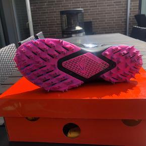Rigtig fin Nike OFF-White terra kiger 5 sko. Blev snydt med cond. af anden sælger så sælger dem derfor billigere. De er dog stadig rigtig pæne jeg bestilte dem bare som ny men fik den sådan.