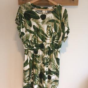 Sød kjole, god til sommer varmen. 55% hør og 45% viskose.
