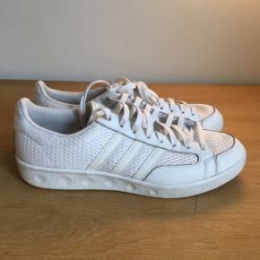 Adidas Tennis sneakers i god stand.   Prisen er Inklusiv fragt.