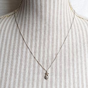 Flot halskæde med lille hjerte vedhæng med sten i ægte sterlingsølv. Kædens fulde længde:  51 cm Vedhæng er med øsken 1,5 cm højt. Begge dele er stemplet 925. Fast pris.  Se også mine andre annoncer med smykker 🦋