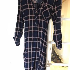 Lang skjorte/tunika med bindebånd i livet. I mørkeblå med rosa striber. Går til over knæene.