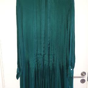 Lækker blød kjole, super flot med et par støvler Bryst 60, den bliver bredere nedad.  Jeg har målt fra skuldersøm til ærmegab på det sidste billede