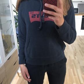 Levi's hoodie i str. XS. Brugt, men er i god stand! Kan afhentes i Mørkhøj eller sendes med DAO for 38 kr. 🌻