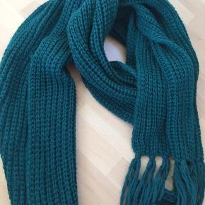 Grønt halstørklæde fra Monki. Dejligt stort og med frynser i enderne 😊