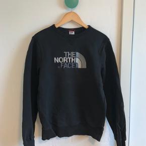The North Face sweater  Man kan se at den er blevet vasket og så er der også et lille hul i højre ærme, men det er ikke noget man lægger mærke til
