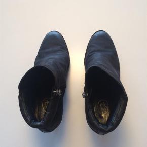 Sorte støvler i nubuck fra ASH sælges. Forfodsplateauen er 1,6 cm og hælen er 9 cm. Der er lynlås på indersiden af støvlen.