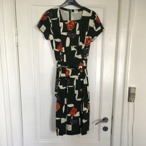 Vintage / retro kjole / vintagekjole  i kraftig kvalitet og flot blomstret mønster samt tilhørende bælte.  Str m. Mål: længde: 105 cm. Bryst: 2*44 cm. Talje 2*39 cm.