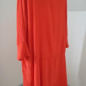 Skøn, luftig tunika med 3/4 ærmer i rødt vævet viscose, let krøllet kvalitet. Brystvidde 118, længde 90. Brugt og vasket x 1.
