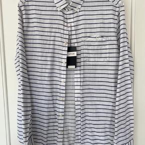 Dfacto skjorte i hvid med regnbue farvede tråd igennem  nypris 200kr