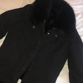 Sælger min smukke Meotine jakke i modellen Mason, da jeg desværre ikke får den brugt. Den er str XS/S, og er kun brugt to gange i kort tid, hvorfor den fremstår som ny. Selve jakken er i cowboy, mens foret og kraven er i lækker rævepels, som gør den varm (både for og krave kan tages af). Nypris var 3500 kr.