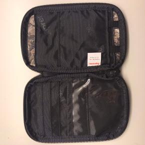 Sælger denne fede Supreme pung da den var et fejlkøb. Den er brugt tre gange og fejler intet. Har alt OG