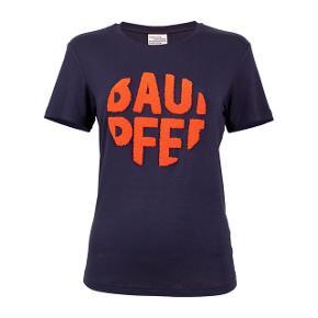T-shirt med logo i orange   Køber betaler fragt eller det kan afhentes i Århus