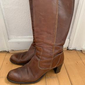 """Smukke italienske designer støvler fra italienske Alberto Fermani.   Støvlerne er brugt, men velholdt og i god stand. Der er ingen """"skrammer"""" på læderet.   Er købt hos Scarpa ved Strøget.   Str 40  Støvlen er str 39, men stor i størrelsen.   Rund snude og lynlås i siden  Hæl højde 7 cm  Højde fra hæl ca 37 vm Omkreds øverst ca 38 cm   Nypris 3700,-  Sælges for 550,- (køber betaler evt forsendelse)"""