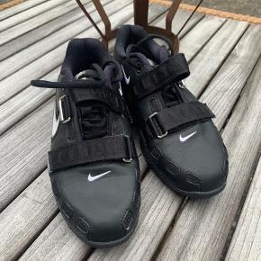 Sælger de eftertragtede og udgåede nike romaleos 2 vægtløftnings sko. De er næsten som nye brugt 3 gange til lidt squats. De er desværre for små til mig, så nu må de videre.   Der følger 2 sæt såler med, det ene er neutrale og de andre er med svangstøtte.   Nypris 1700 Kom med et bud   Kan prøves i Kolding eller København