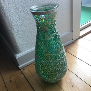 Grøn vase. 36 cm høj