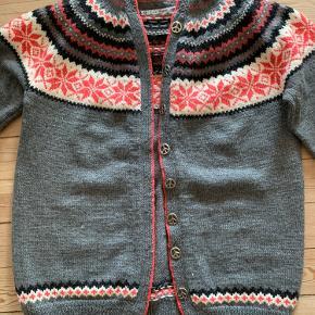 """Super fed trøje norsk skov sweater i ægte lækker blød norsk uld. Den er strikket af en professionel og der findes kun denne ene, da vi designede den i fællesskab.  Den har fede """"peace"""" knapper og hætte og kontrastfarven coral, går noget super godt for trøjen.  Den er ny, og jeg har aldrig fået den brugt.  🌸🌸🌸"""