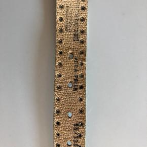 Cool anderledes bælte i skind og metal. Skindet har en tone af en lysegrøn farve, og  præget i snakemønster. Vejer godt til, str. 85 cm. Bytter ikke - sender gerne på købers regning, nypris kr. 1350.-  #Secondchancesummer