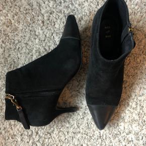 Shoe the Bear Agnete boots i str38. Pænt brugt, med enkelte mindre brugsskader - fremstår som vist på billederne.  Kan kun se disse tilgængelig i én netbutik ved et hurtig Google søg, til 900kr.