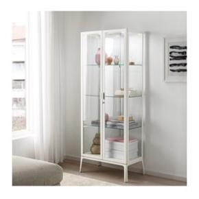 IKEA MILSBO hvidt vitrineskab. Helt nyt, aldrig brugt. Er samlet. Absolut ingen fejl eller mangler. Købskvittering med 2 års garanti medfølger.