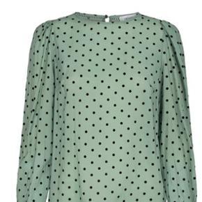 Rigtig, fin og feminin bluse i flot farve. Kun brugt 2 gange.