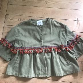 Smuk og lækker jakke fra Zara. Brugt 1-3 gange, men desværre for stor.